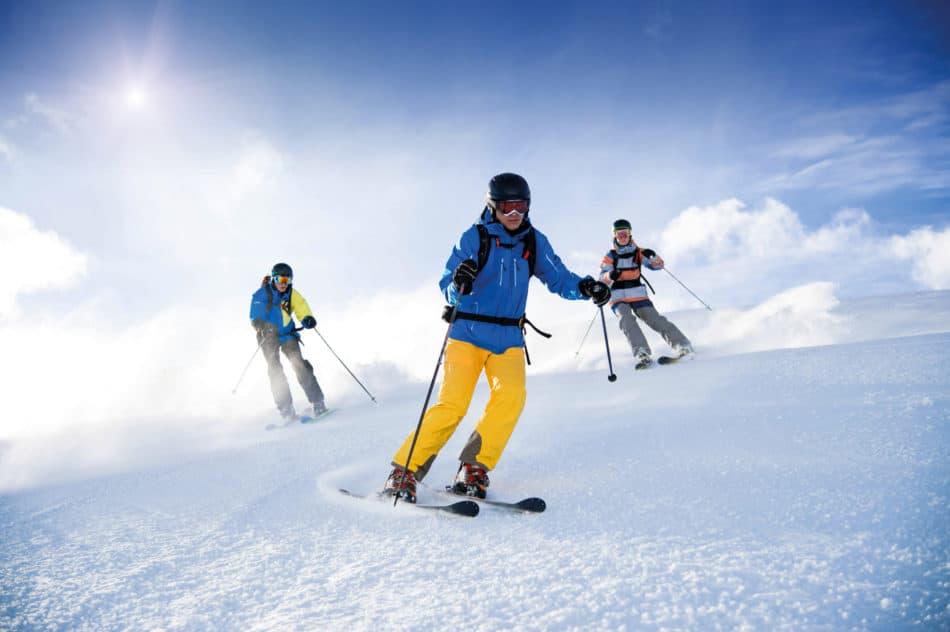 Drei Skifahrer mit Unfallversicherung